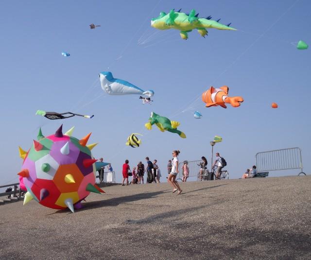 Vliegeren op de zeedijk